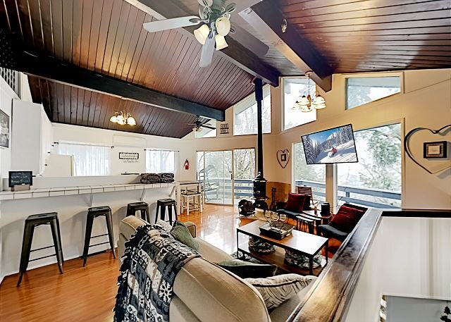 Cozy Mountain-View Cabin | Two Decks & Smart TV | Minutes to Lake & Town, holiday rental in Crestline