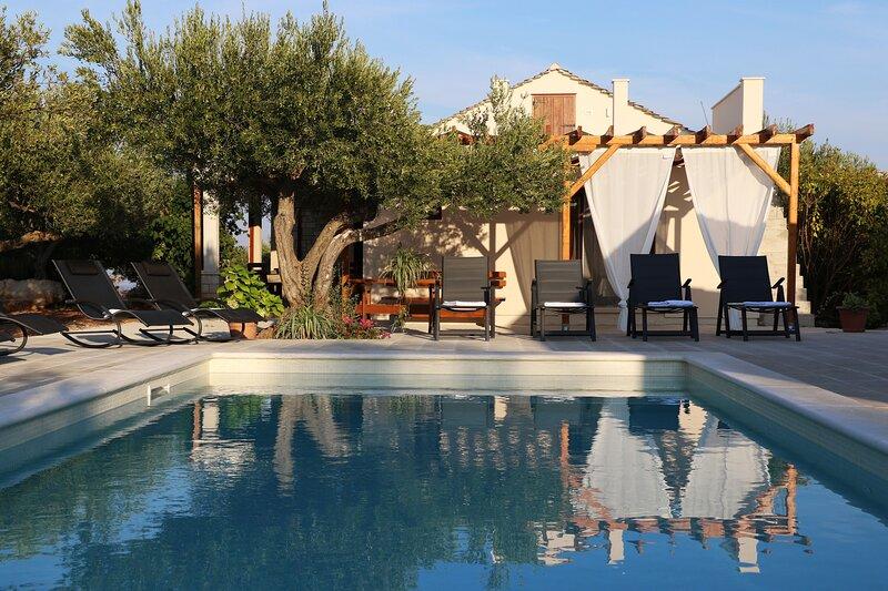 Stone Villa Olea-Three Bedroom Villa with Pool, vacation rental in Supetar