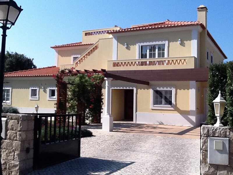 5-Bed Villa near Praia D'el Rey Beach, Golf Course, holiday rental in Ferrel