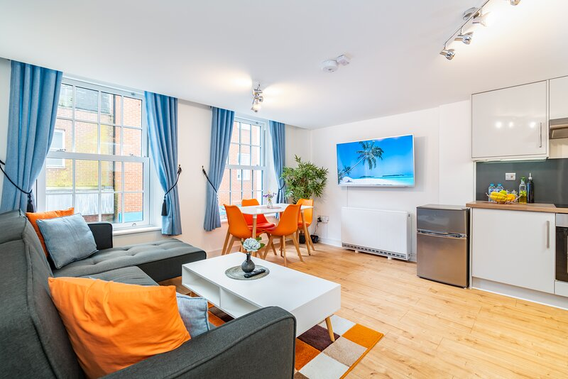 Central Apartment With 55'' Smart TV, Netflix, Amazon Prime TV, Super King Bed, holiday rental in Andover