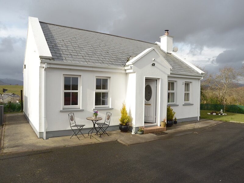 CHURCH VIEW, single-storey country cottage, multi-fuel stove, garden, ideal, Ferienwohnung in County Mayo