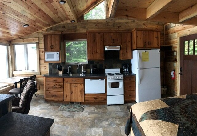 Birch - new square log construction studio  - 3 Feet from Big Sand Lake, alquiler vacacional en Park Rapids