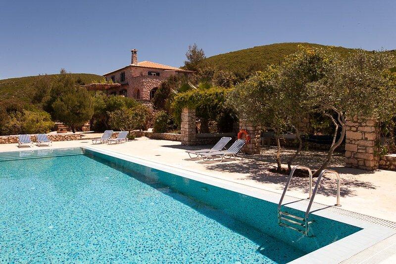 Stunning sea views from this traditional stone Villa, alquiler vacacional en Anafonitria
