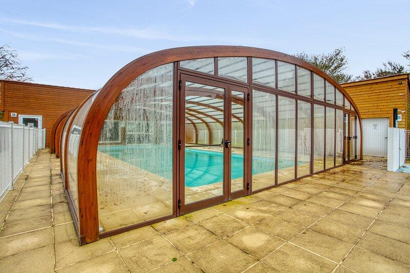Amazing house with shared pool, aluguéis de temporada em Sourdeval
