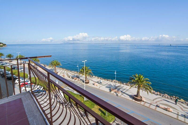 Amazing apartment with sea view, aluguéis de temporada em Porto Santo Stefano