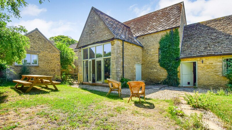 Butts Farm, Poulton, Cotswolds - sleeps 12 guests  in 5 bedrooms, holiday rental in Down Ampney