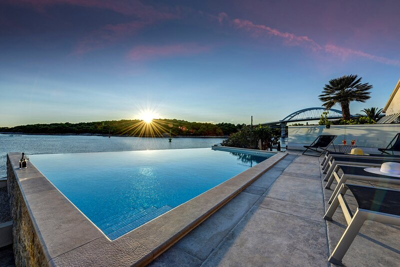 Beautiful Villa Fuxbau, in Dalmatia, with a Pool, holiday rental in Zdrelac