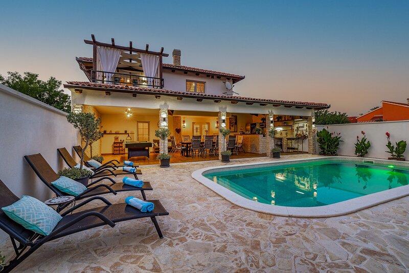 Beautiful Villa Karmen, in Dalmatia, with a Pool, location de vacances à Zaton