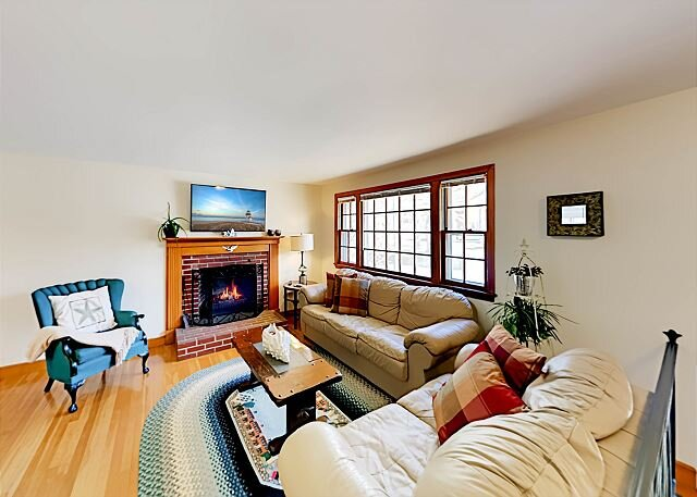Spacious Home with Sunroom   10 Minutes to Cape Cod Bay & Nantucket Sound, Ferienwohnung in South Dennis