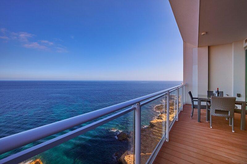 Luxurious Apt w/Ocean Views + Pool in Tigne Point, holiday rental in Sliema