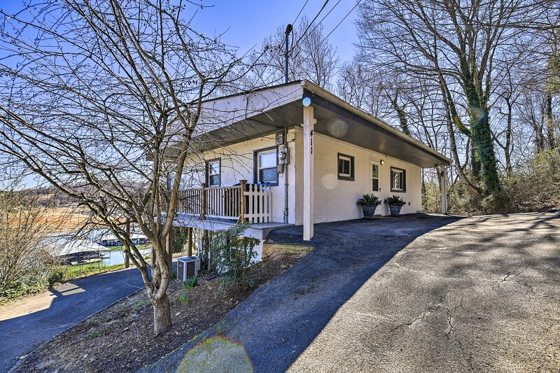 NEW! Sun-Soaked Kingsport Home w/ Deck & Lake View, holiday rental in Kingsport