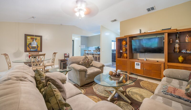 10 minutes away from Orlando International Airport, holiday rental in Goldenrod