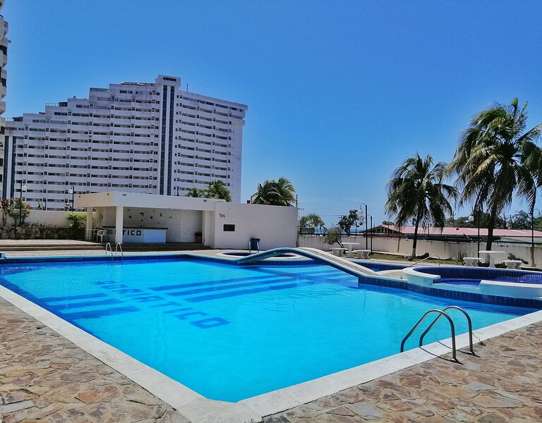 Amplio, impecable y terraza con hermosas vista la la bahía de Porlamar, location de vacances à Pampatar