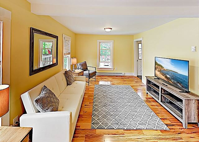 Coastal New England Gem | 2-Unit House | 5-Minute Walk to Sorrento Harbor, holiday rental in Franklin