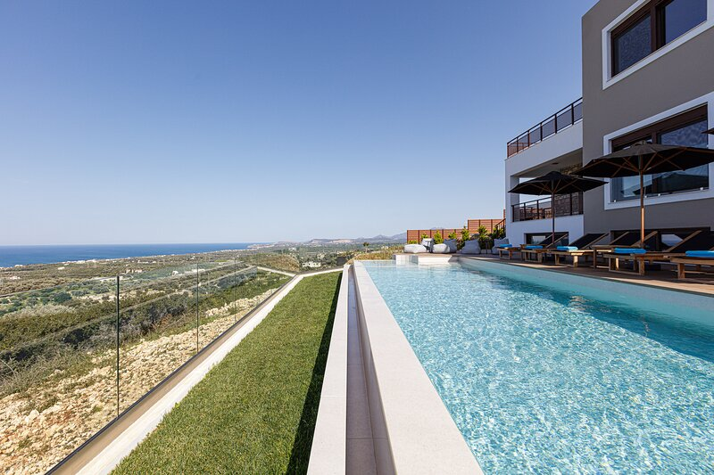 Villa Tina, newly built hillside villa offering full privacy & scenic sea views, location de vacances à Maroulas