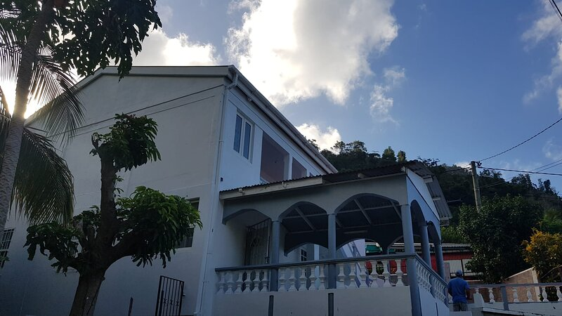 Charming  tropical 2-Bed House in Soufriere, location de vacances à Saint Mark Parish