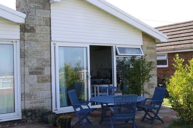 Lovely 2 bed holiday bungalow, close to beach, vacation rental in Freshwater