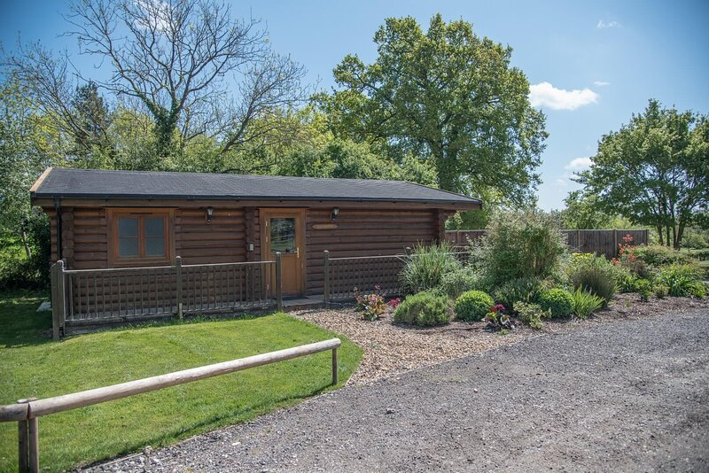 Willow Lodge with Hot Tub, Kingfishers (Air Manage Suffolk), holiday rental in Brandeston
