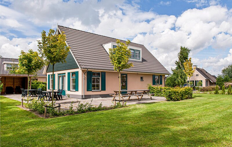 Stunning home in Vlagtwedde with Indoor swimming pool, WiFi and 6 Bedrooms (HGR0, vacation rental in Bourtange