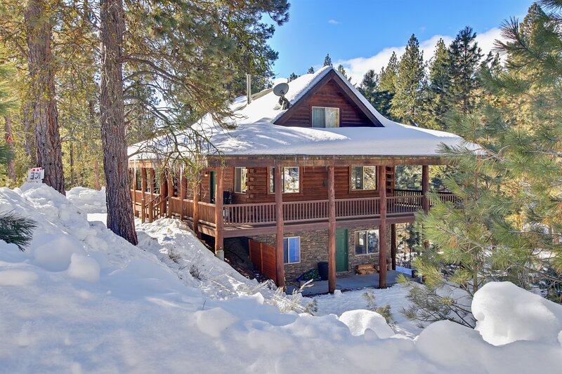 Dreamy updated log cabin in the woods close to lake 4 bedroom, holiday rental in Cascade