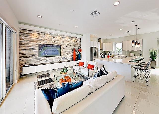 Luxury Designer Townhome Across from Beach | 2 Balconies & Patio | Near Golf, casa vacanza a Pompano Beach