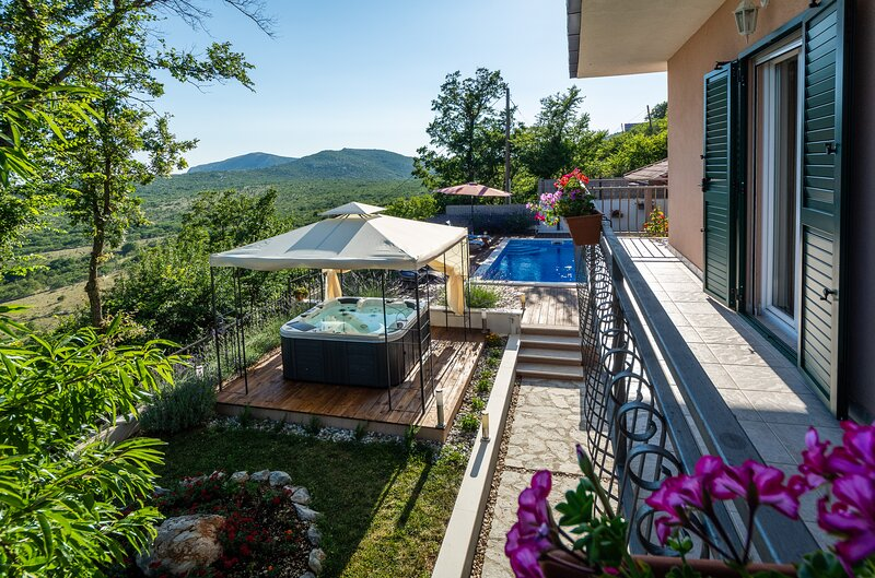Villa with private pool, peaceful oaza united with nature, holiday rental in Klis