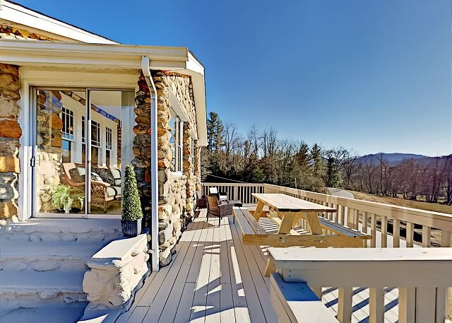 Idyllic Cornerstone | Gorgeous Mountain Views | Near Asheville, Lake & Skiing, holiday rental in Candler