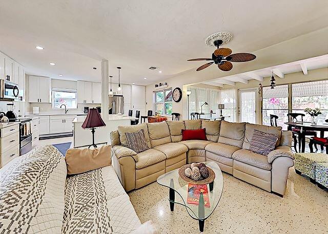 Tropical Casa Poinsettia | Private Hot Tub | 5 Mins to Beach, Walk to Dining, aluguéis de temporada em Fort Lauderdale
