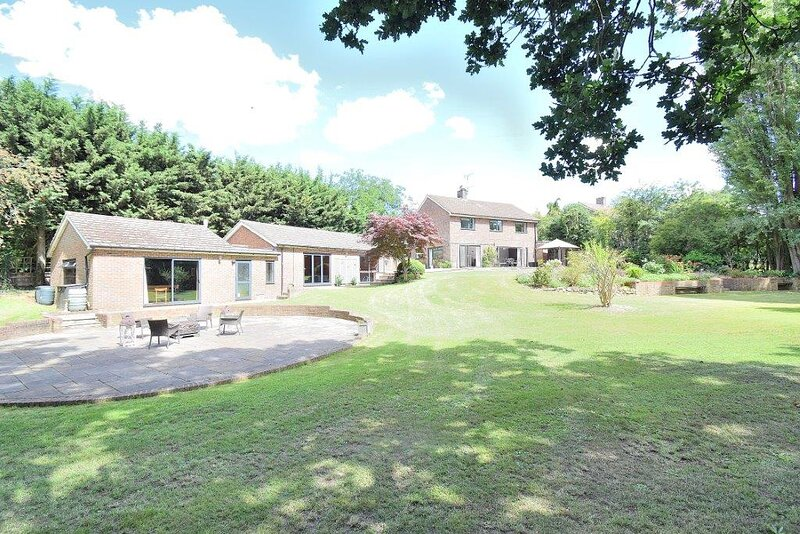 Captivating 4-Bed House in Harlow, location de vacances à Broxbourne