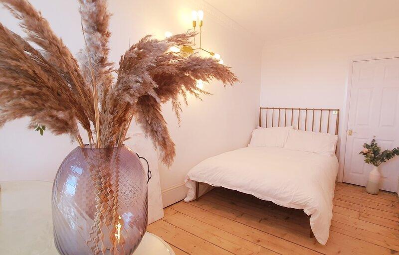 Elegant 5 bed 4 bath 'Vogue House' Parisian style, location de vacances à Margate