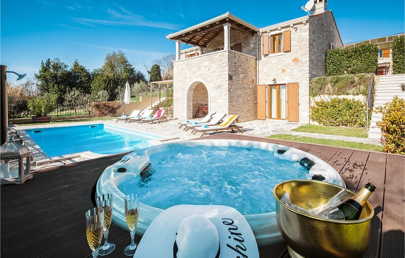 Beautiful home in Krasica with Outdoor swimming pool, Jacuzzi and 3 Bedrooms (CI, holiday rental in Peroj