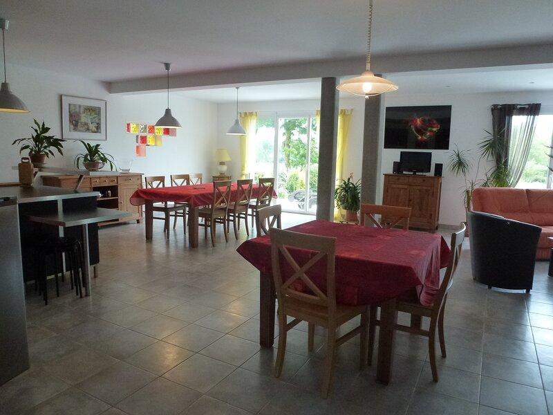 Belle et grande maison moderne à 2 km de la mer, holiday rental in Regneville-sur-Mer