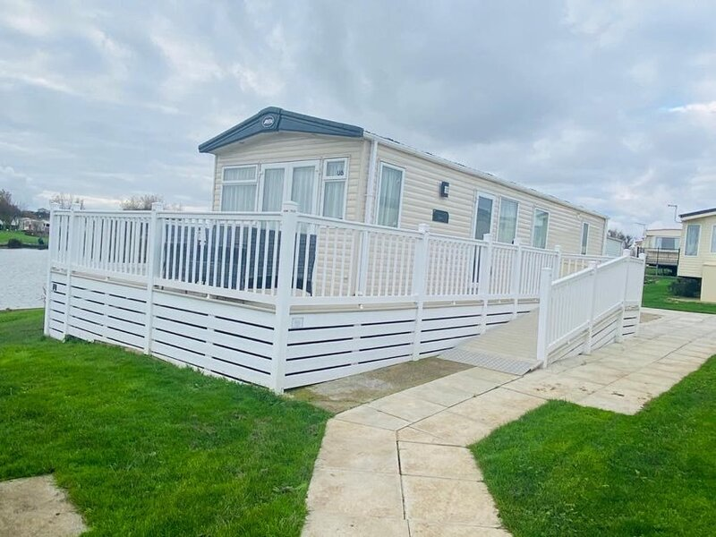 Luxury 2 bed, 2 bath Caravan next to the lake, holiday rental in Hollym