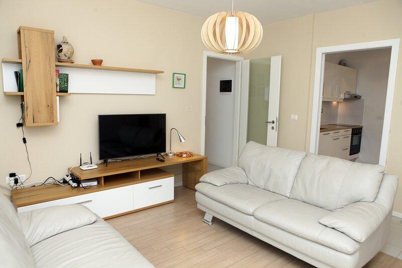 Koper Homey Retreat 2BR Stays with Garden Views LURE2, aluguéis de temporada em Koper