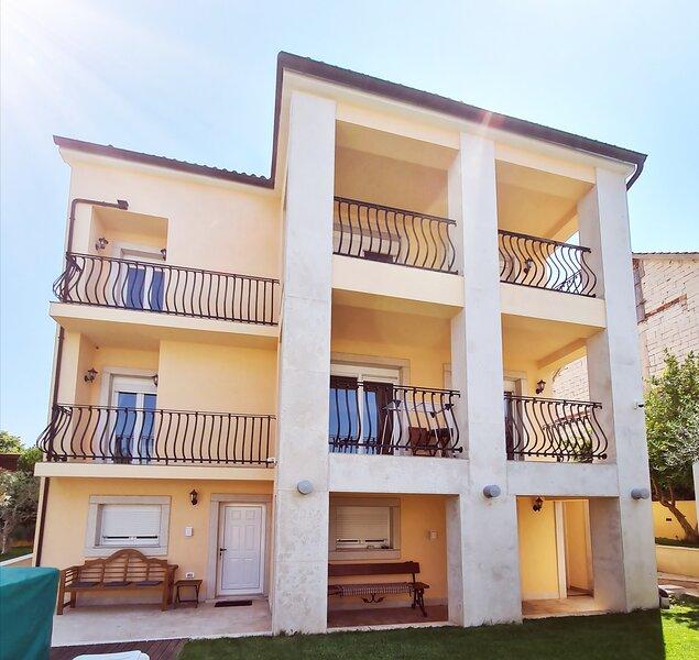 Viktorov Comfortable 2-Bed Apartment, holiday rental in Pjescana Uvala