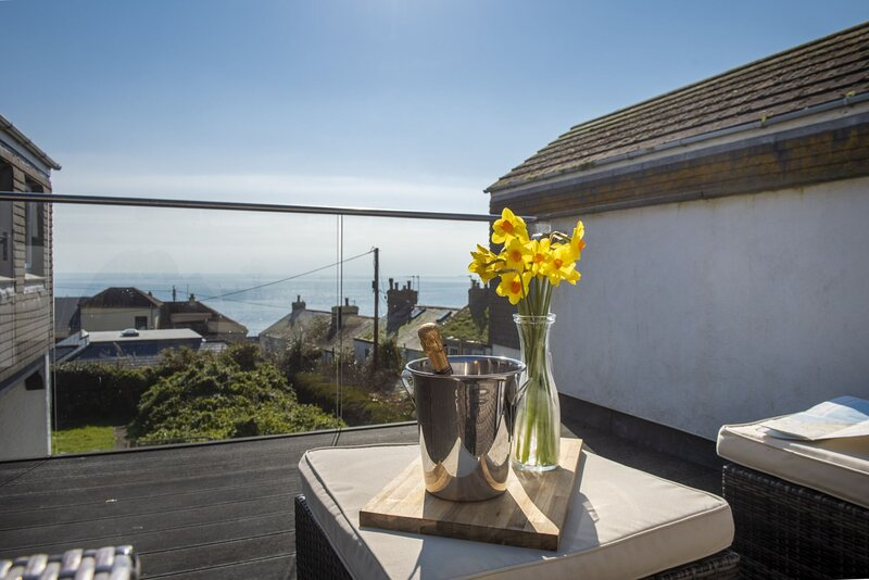Mousehole View - A delightful two bedroom home with two balconies, parking and s, vacation rental in Paul