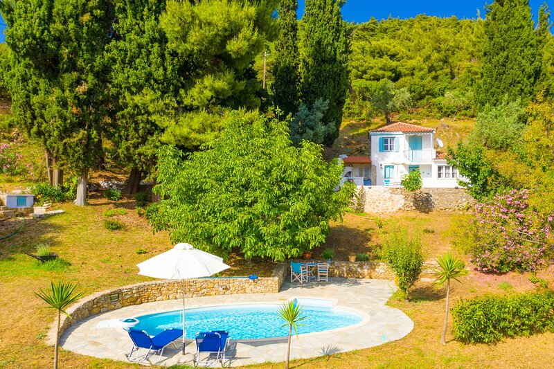 Michaels Cottage: Large Private Pool, Walk to Beach, Sea Views, A/C, holiday rental in Agnontas