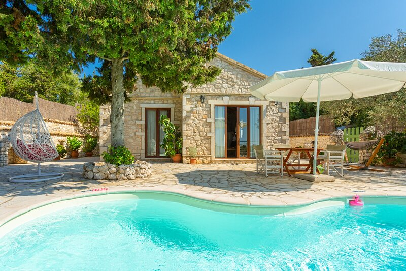 Villa Gallini: Large Private Pool, Walk to Beach, Sea Views, A/C, WiFi, holiday rental in Platanos
