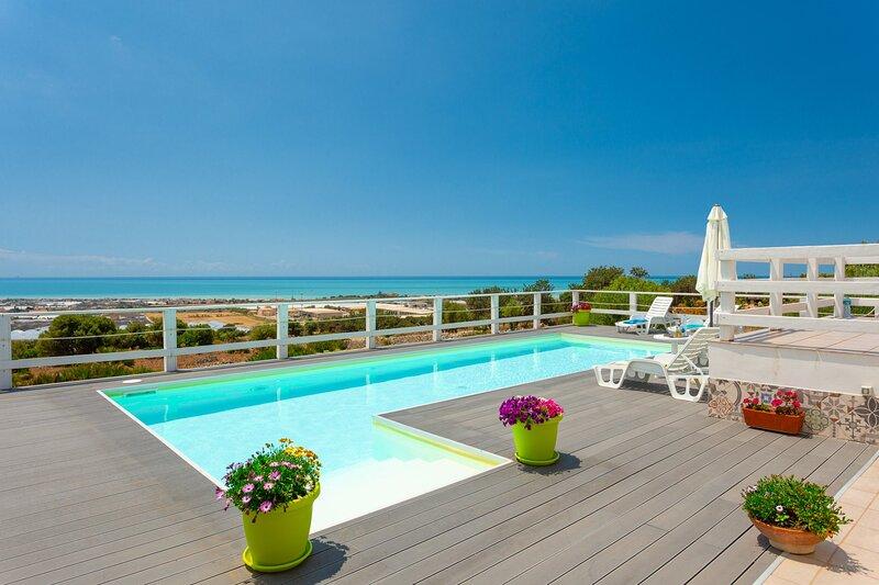 Villa Renzo: Large Private Pool, Sea Views, A/C, WiFi, aluguéis de temporada em Cava d'Aliga