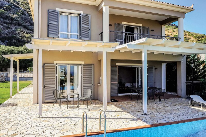 Villa Ribbons: Large Private Pool, Sea Views, A/C, WiFi, holiday rental in Katelios