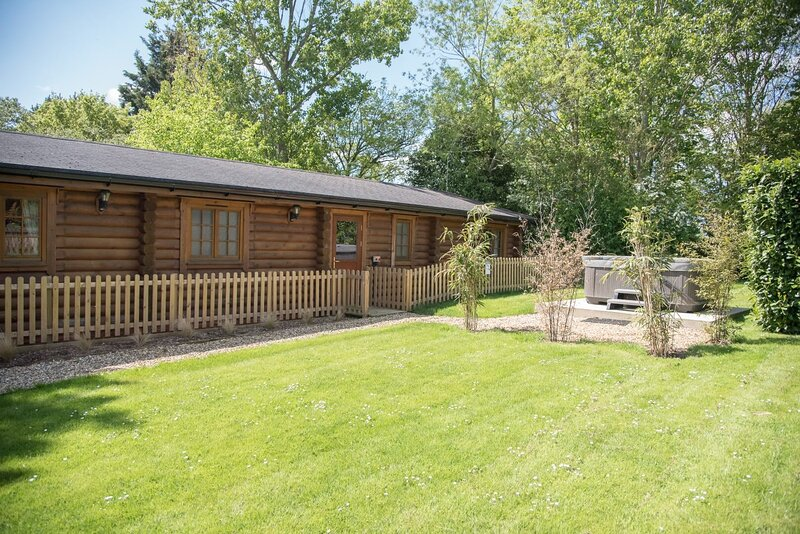Oak Lodge with Hot Tub, Kingfishers (Air Manage Suffolk), holiday rental in Monk Soham