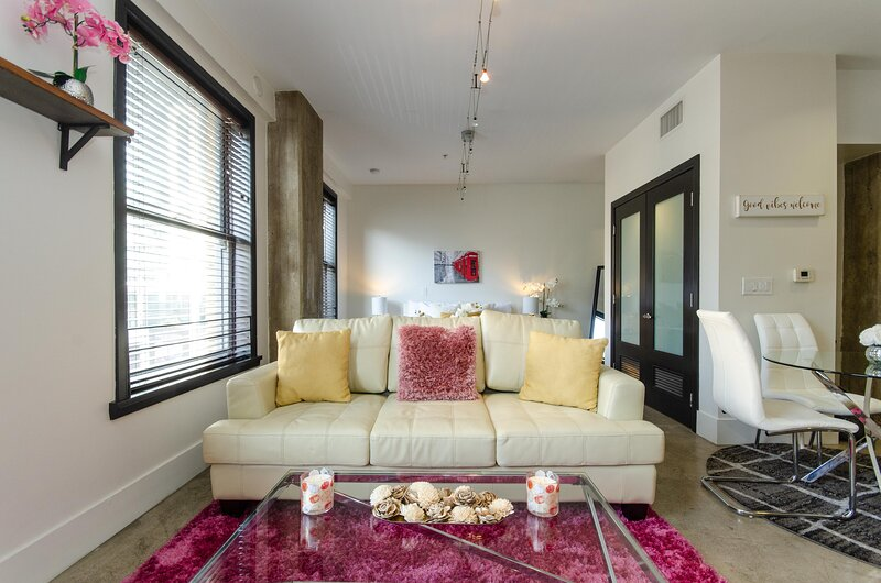 Fully Furnished Studio in Downtown LA, holiday rental in South Gate