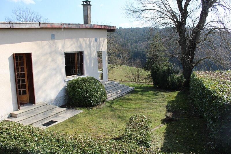 Beautiful house with mountain view, vakantiewoning in Lachapelle-Graillouse