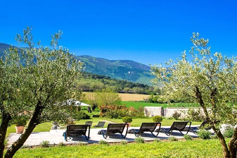 Perched at the foot of Grand Luberon in the tranquility of French countryside, aluguéis de temporada em Buoux