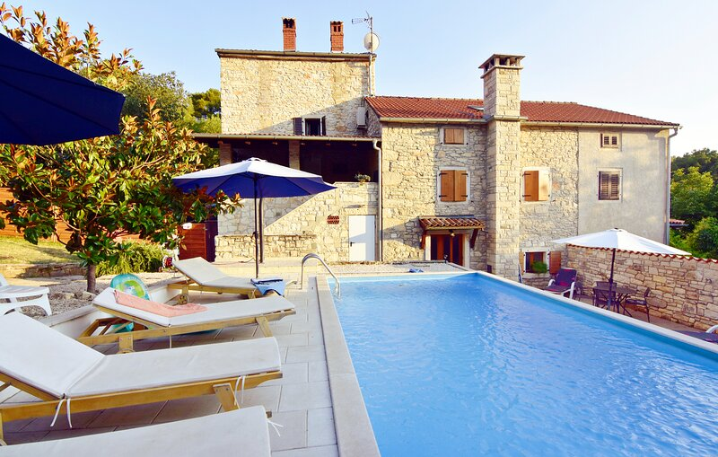 Casa vacanza con piscina 3 camere da letto in zona tranquilla Kaštel vicino Umag, holiday rental in Buje