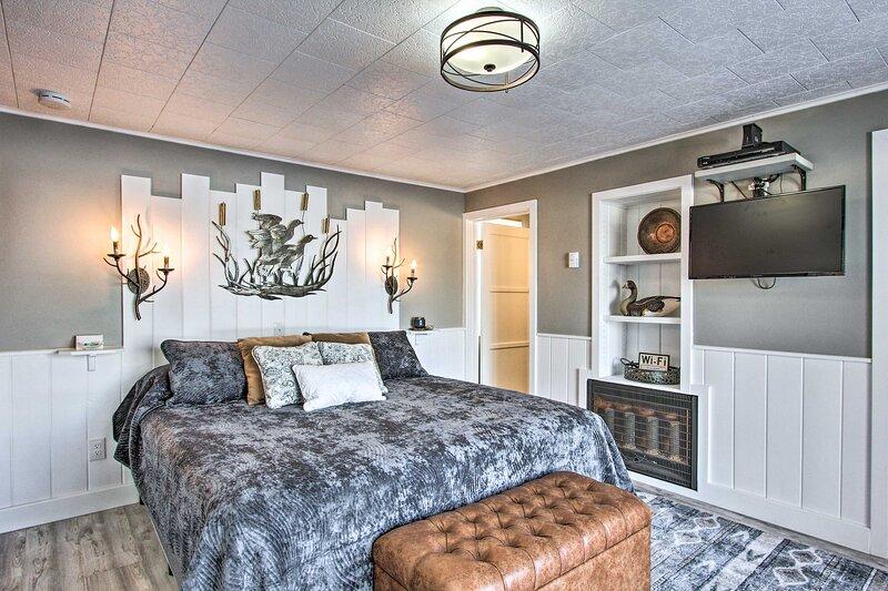 NEW! Romantic Studio: Fire Pit, BBQ & Lake Views!, alquiler vacacional en Crescent Lake