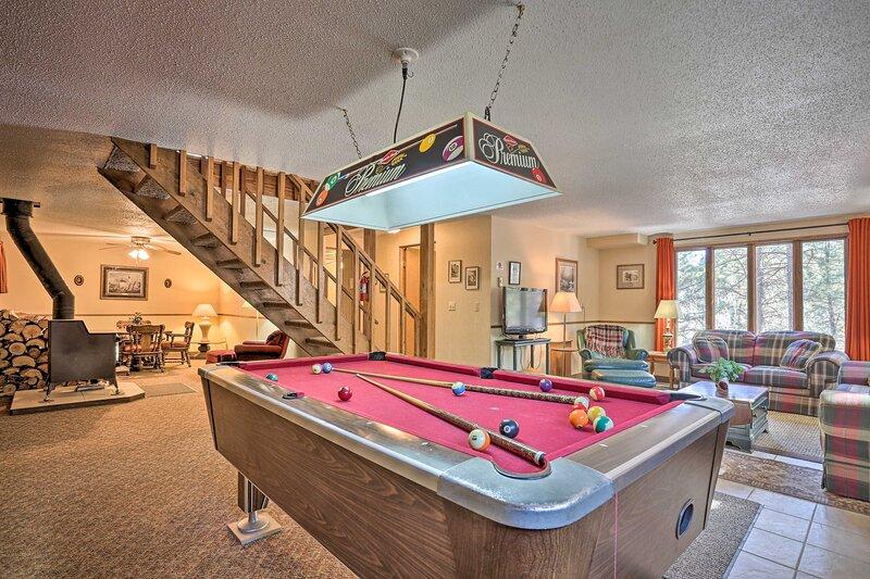NEW! Black Hills Nature Retreat w/ Private Deck!, aluguéis de temporada em Silver City