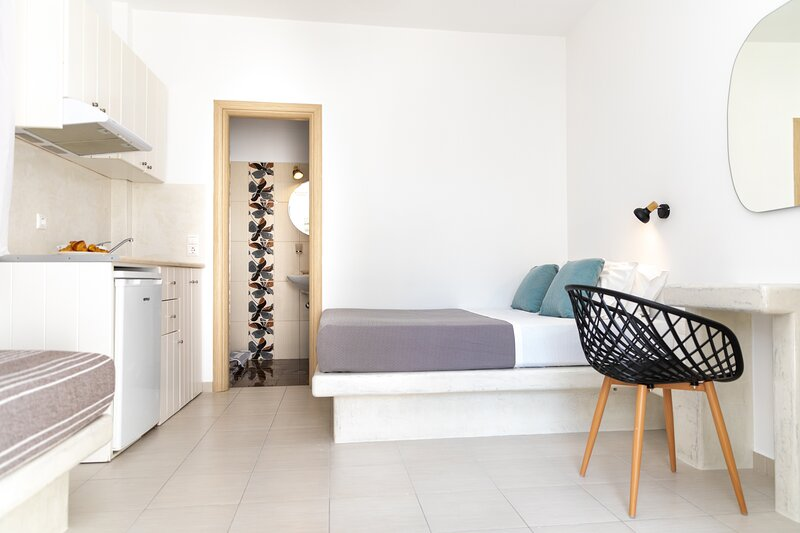 Depis SUPERIOR TRIPLE STUDIO IN NAXOS TOWN, holiday rental in Agkidia
