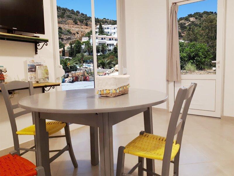 Iraklis - Relaxing Spacious Apartment, location de vacances à Kokkinos Pirgos