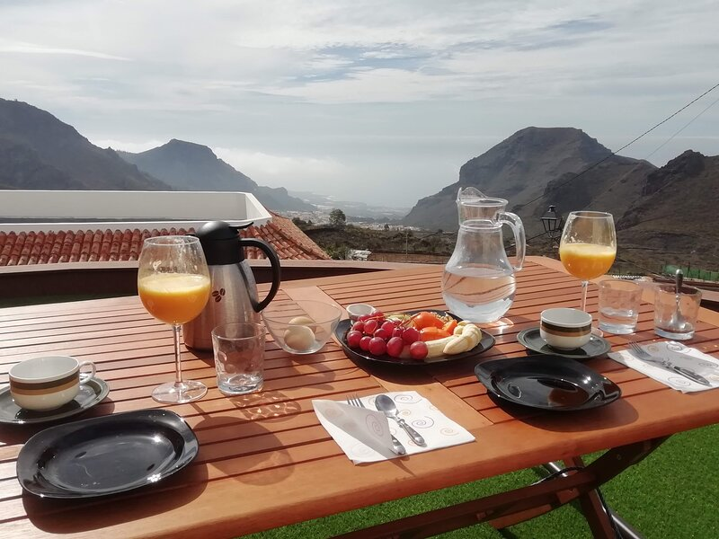 Modern mountain and sea view apartment, alquiler de vacaciones en Santiago del Teide
